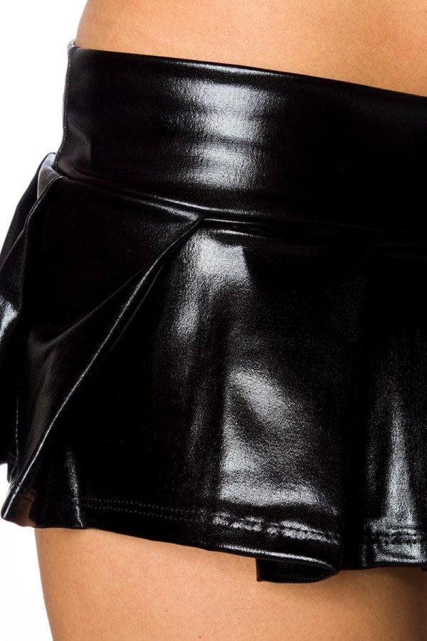 Outfit i mesh och wetlook med kjol strumpor och överdel