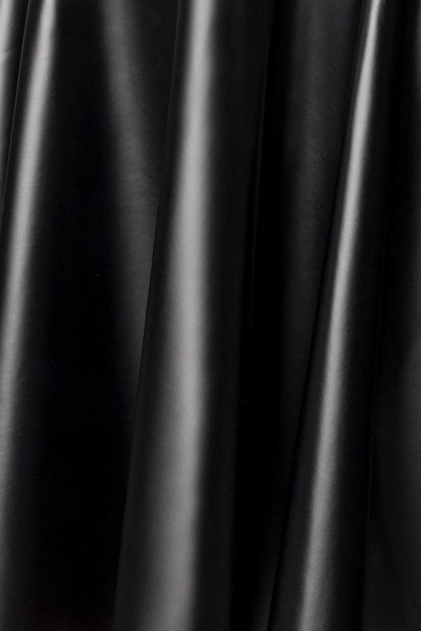 Klänning i Powerlastic Wetlook med veckad kjol